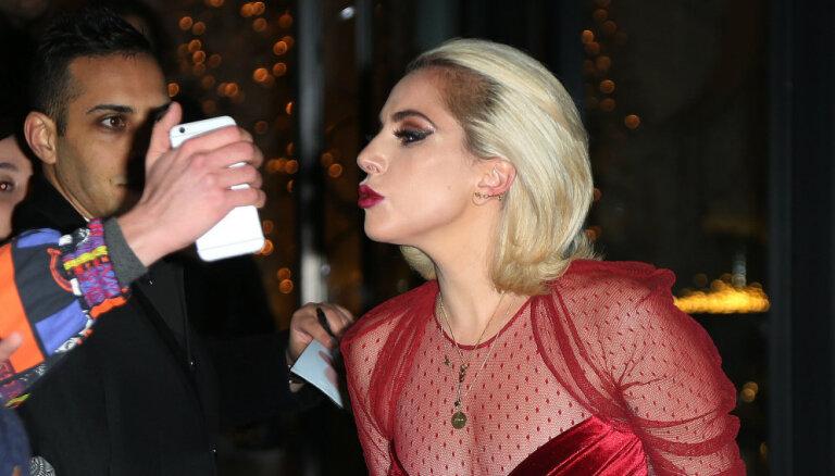 ВИДЕО: Леди Гага запрыгнула на фаната и рухнула с ним со сцены