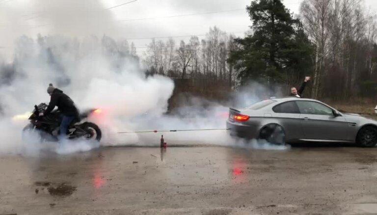 Video: Rīgā 'BMW M3' ar BMW superbaiku sacenšas virves vilkšanā