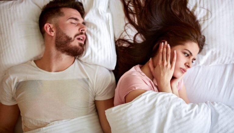 Lai miega dēļ nebūtu jāšķiras: kā risināt krākšanas problēmu