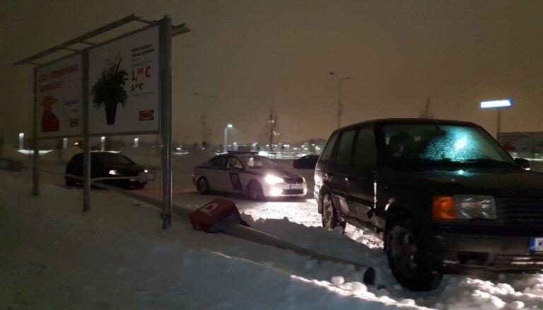 Video: 'Range Rover' nogāž stabu IKEA stāvlaukumā