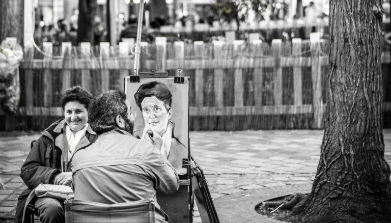 Fotogrāfijās noķerts franču šarms – Parīzes ielu māksla