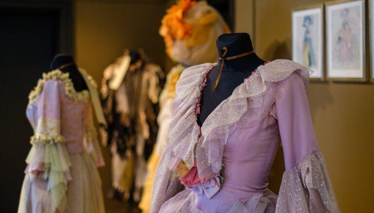 Foto: Izsmalcinātā elegance – tērpu mākslinieces Večellas Varslavānes izstāde Teātra muzejā