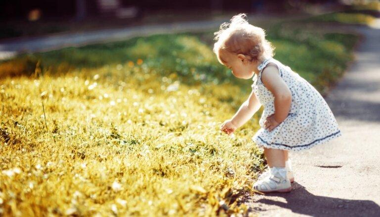 Trīs vērtīgi padomi, kā iemācīt mazulim patstāvību pastaigu laikā