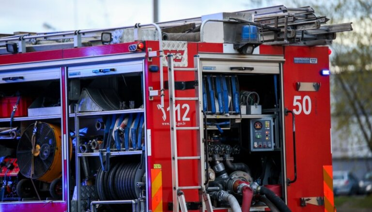 Naktī ugunsgrēkā Saldus novadā gājuši bojā divi cilvēki