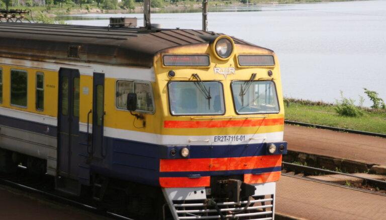 Uz dzelzceļa kontakttīkla uzkrituša koka dēļ apturēta vilcienu satiksme no Saulkrastiem līdz Skultei