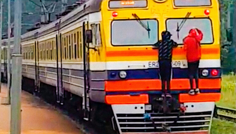 Video: Bērni vizinās pieķērušies vilcienam Priedaines stacijā