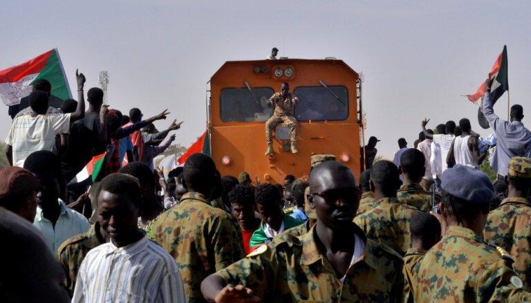 Sudānas militārā padome arestējusi gāztās valdības pārstāvjus