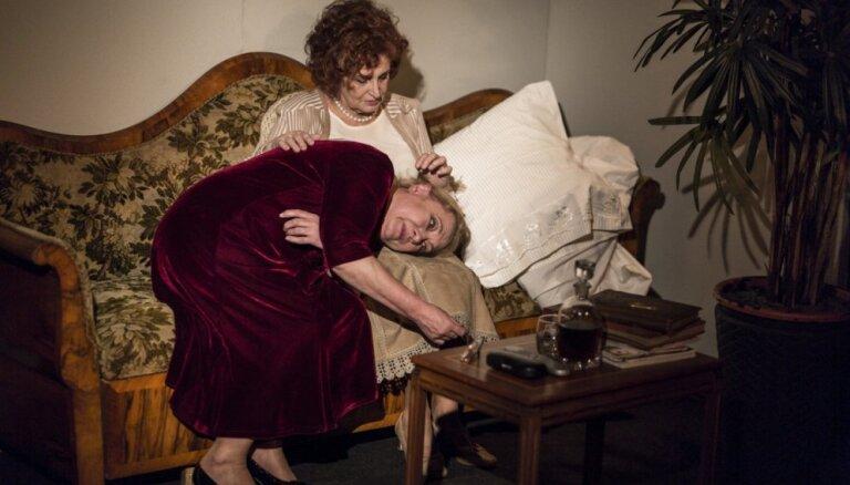 Foto: Rolands Atkočūns Dailes teātrī iestudējis lugu 'Ar labu nakti, māt'