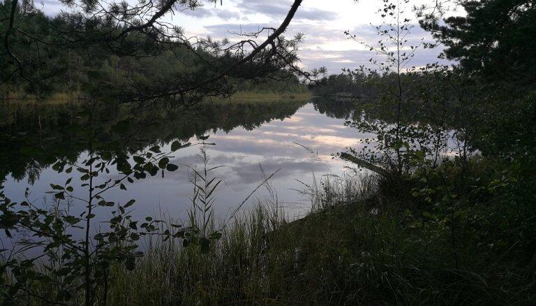 Glābēji palīdz no upes izkļūt savainotam makšķerniekam