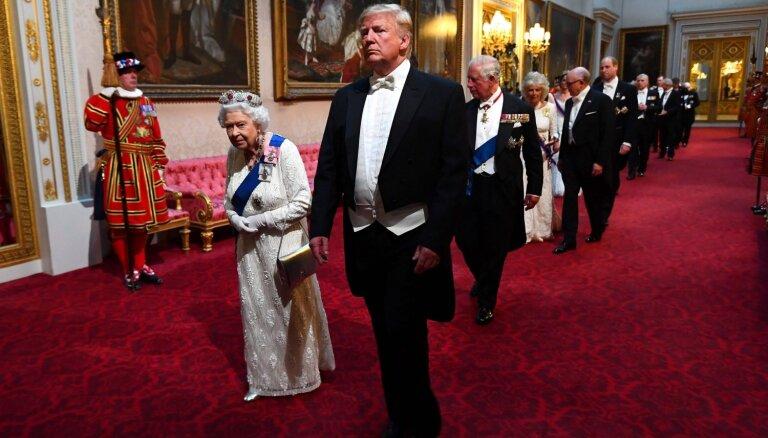 Foto: Tramps viesojas pie Elizabetes II