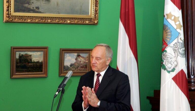 Prezidents Bērziņš: valsts iestādēm starptautiski jāizmanto valsts ģerbonis nevis emblēmas