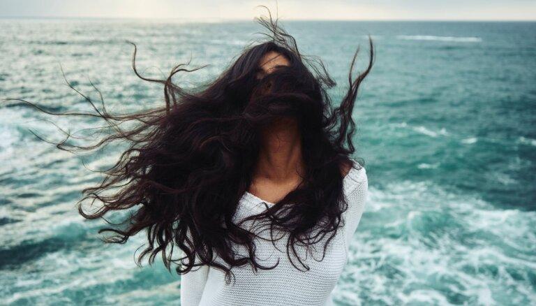 Krīt acīs un vairs nav valdāmi: kā apgriezt un nokrāsot matus mājas apstākļos