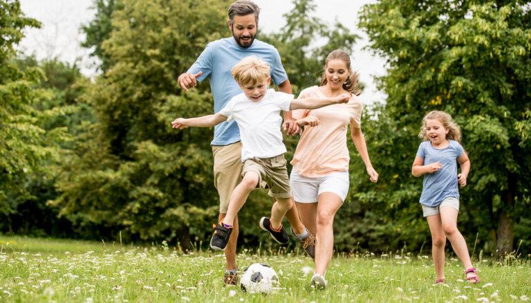 Psiholoģe: kopīgas ģimenes aktivitātes saliedē, stiprina un dara bērnus laimīgus