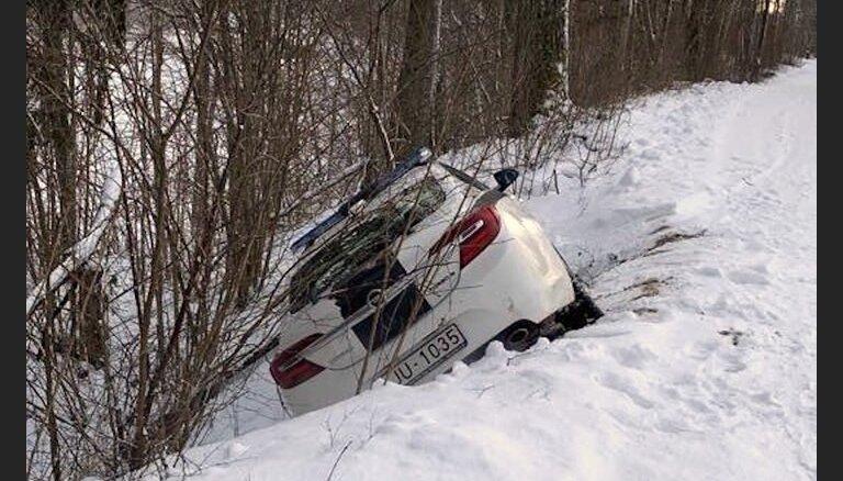 ФОТО, ВИДЕО: Полицейский Opel Insignia, сдавая задом, соскользнул в канаву