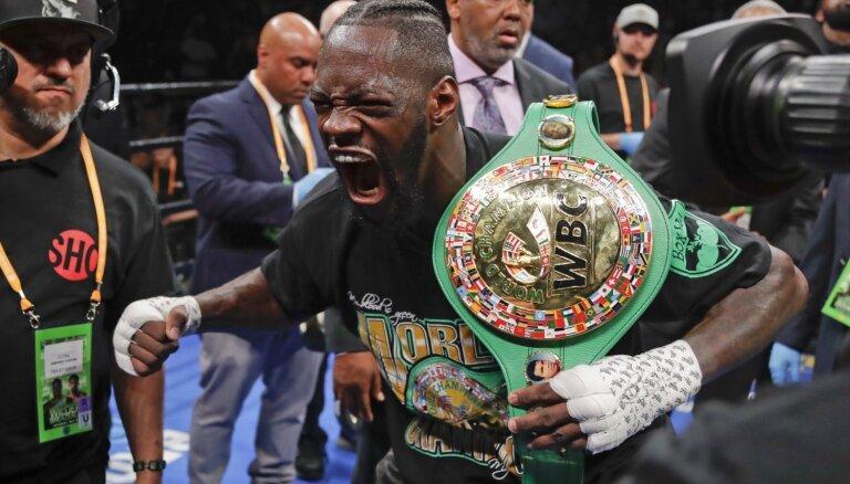 Vailders ar nokautu pirmajā raudā aizstāv WBC smagsvaru čempiona jostu
