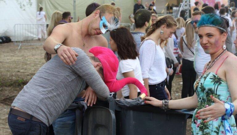 Foto: 'TV zvaigznes grūtniece' dauzās krāsu festivālā