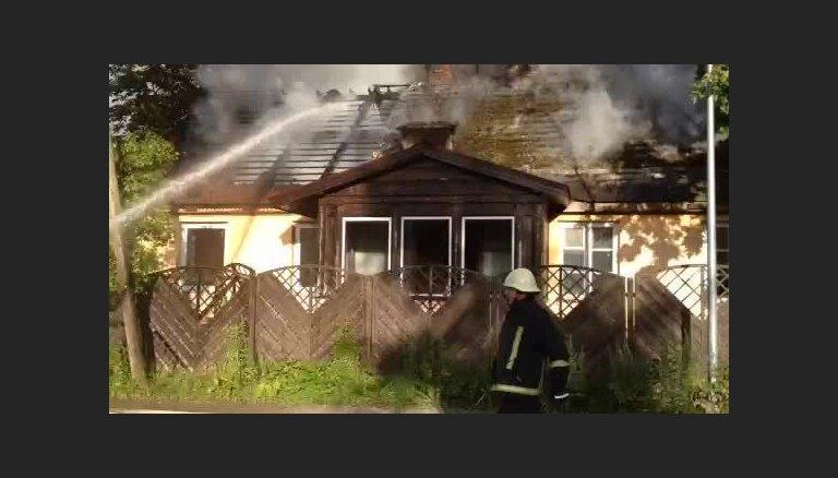 Līgatnes ielā Cēsīs izcēlies ugunsgrēks