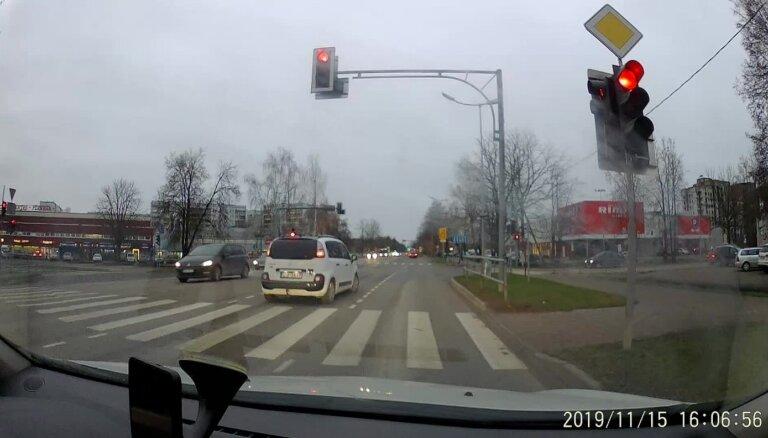 Video: Aculiecinieks fiksē vairākus autobraucējus - nekauņas