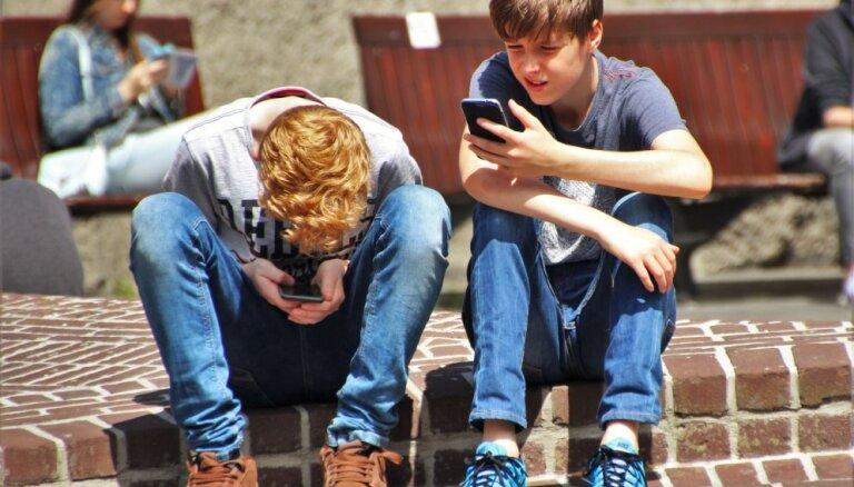 Ученые предупреждают: смартфоны могут сделать человека горбатым