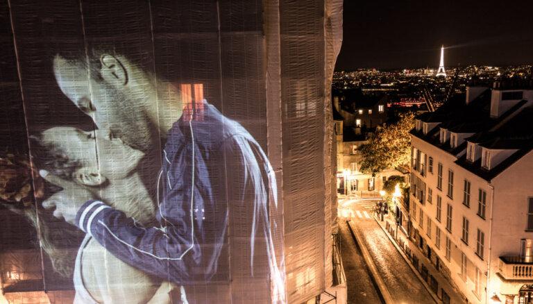 Iespaidīgi kadri: Parīzi izgaismo desmitiem lielizmēra skūpstu