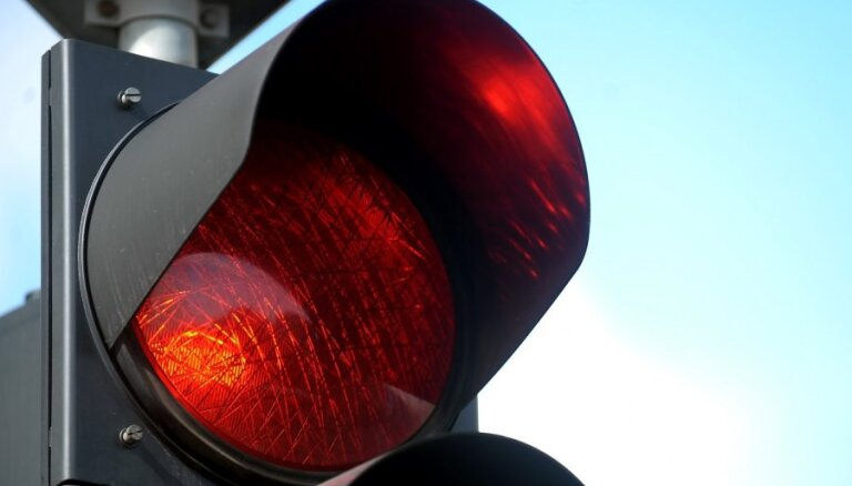 В Риге водитель пассажирского автобуса сел за руль с 3 промилле алкоголя и врезался в светофор