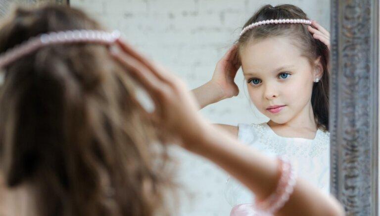 'Meita sarunājas ar savu atspulgu' – ko par to saka bērnu psihologs