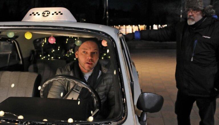 Foto: Lauris Reiniks galvenajā lomā jaunā latviešu komēdijā atveido taksistu