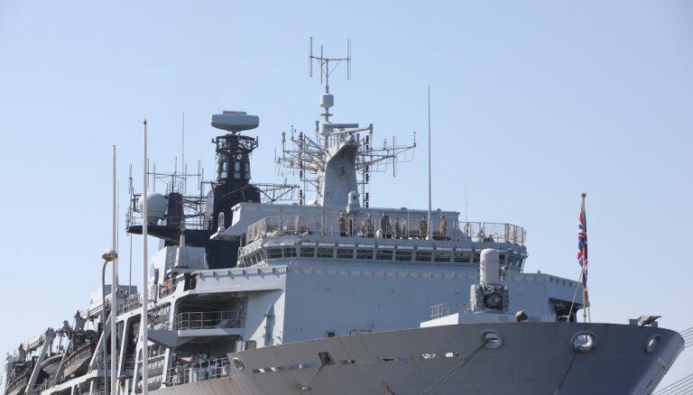 Foto: Rīgā savus muskuļus izrāda britu desanta uzbrukuma kuģis 'HMS Albion'