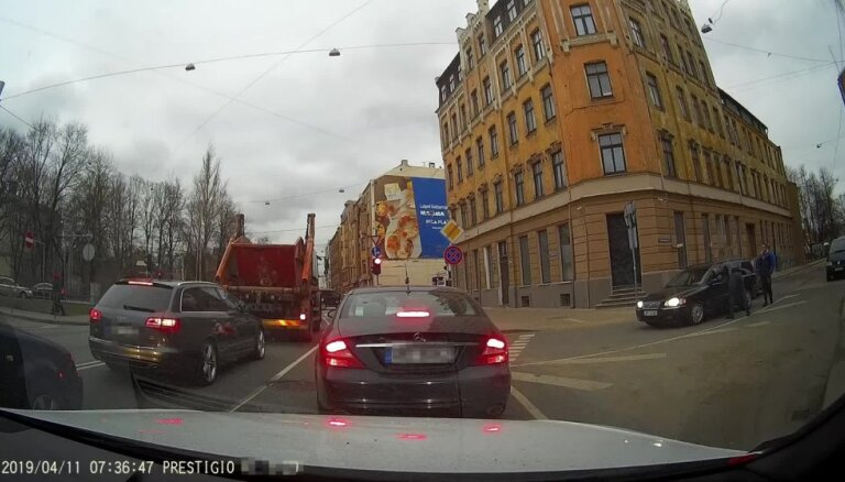 Video: Dusmas un sašķaidīts spogulis – autovadītāju konflikts Rīgas centrā