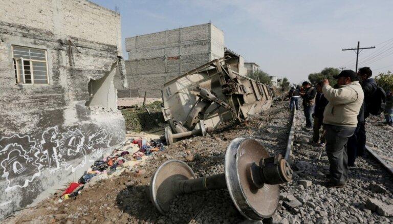 Meksikā vilciens noskrien no sliedēm un ietriecas mājā; vismaz pieci bojāgājušie