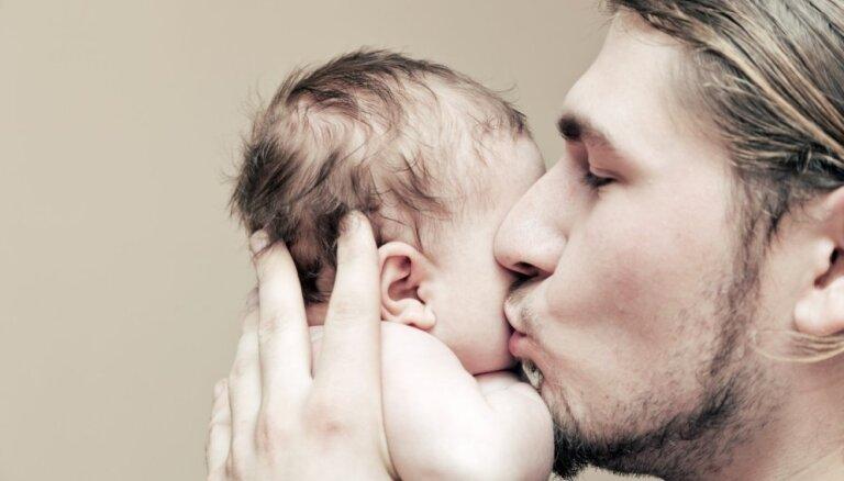 Topošos un jaunos tētus lekcijās izglītos par izmaiņām, ģimenē ienākot mazulim