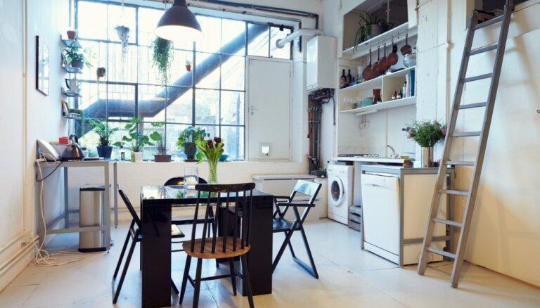 Vēsi toņi, betona grīdas un ķieģeļu sienas – industriālais stils interjerā