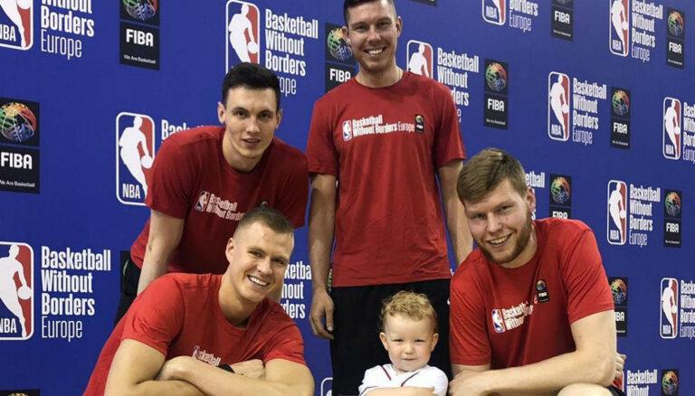 Apburošs foto: Bertāna dēliņš lepni pozē starp latviešu NBA zvaigznēm