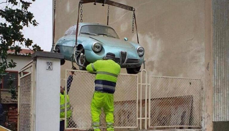 Foto: Pagrabā Itālijā 35 gadus nostāvējusi 'Alfa Romeo' pārdota par 567 tūkstošiem eiro