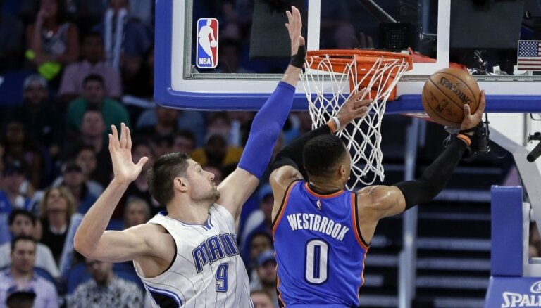 Vestbruks ar 57 punktiem un kārtējo 'triple-double' sasniedz NBA rekordu