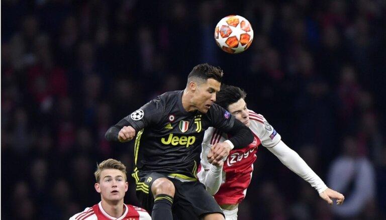 'Juventus' iztur 'Ajax' spiedienu Amsterdamā; 'Barcelona' uzvar Mančestrā