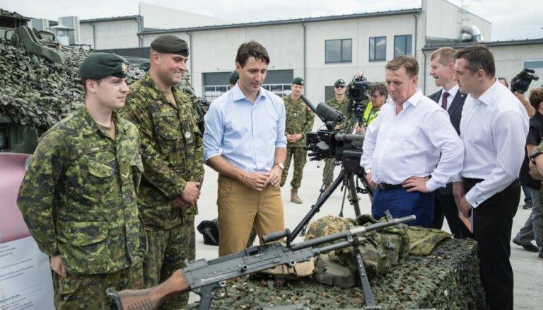 Foto: Māris Kučinskis un Džastins Trudo apmeklē Ādažu bāzi