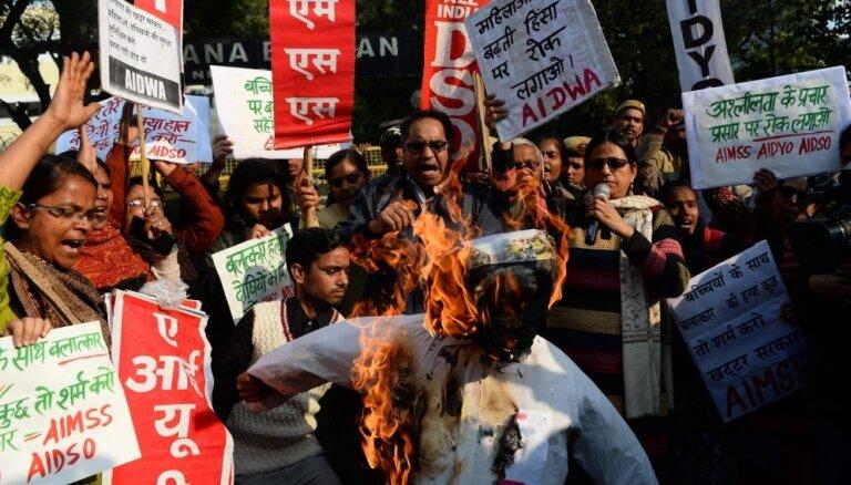 1000 cilvēku pūlis Indijā nogalina piecus gadus vecas meitenītes izvarotājus
