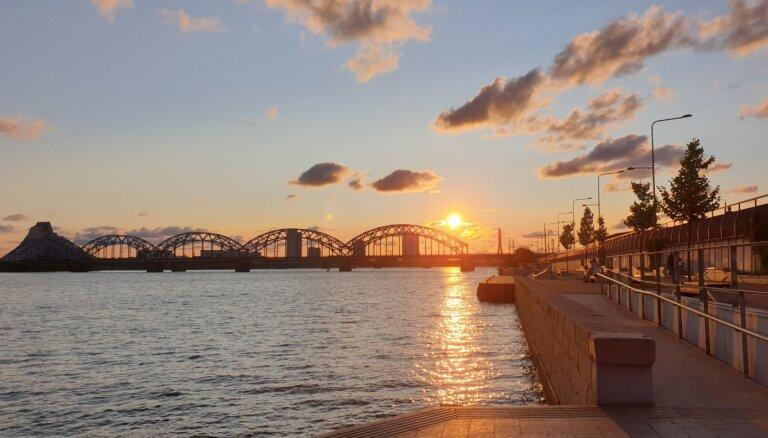 Daugavas krastmalā Rīgā piedāvā ierīkot saulrieta vērošanas tribīnes