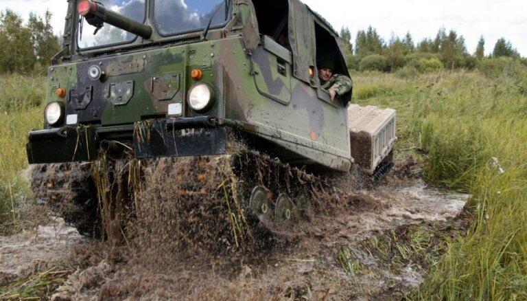 """""""Требуют особого ухода"""". Вездеходы латвийской армии будут чинить специалисты из Эстонии"""