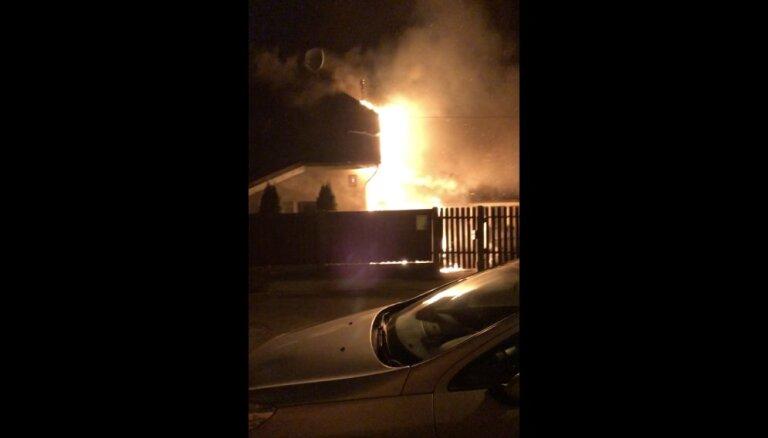 ВИДЕО: Ночью в Пардаугаве загорелся автомобиль, пламя перекинулось на дом