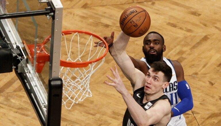 Kurucs ar 19 punktiem palīdz 'Nets' sagraut Porziņģa 'Mavericks'