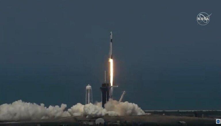 'SpaceX' pilotējamais kosmosa kuģis veiksmīgi startējis uz SKS