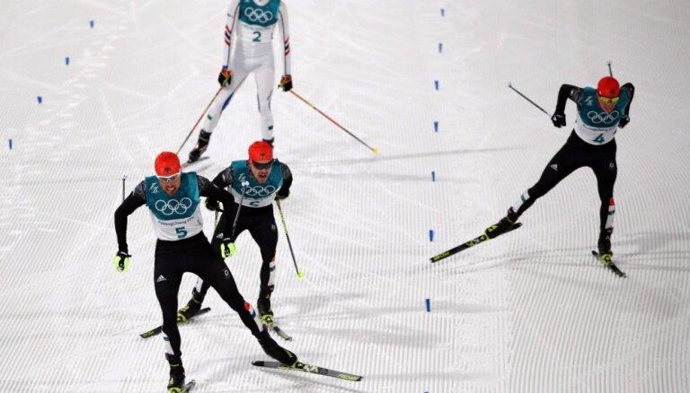 Vācijai tiek viss olimpiskais goda pjedestāls Ziemeļu divcīņas sacensībās uz lielā tramplīna