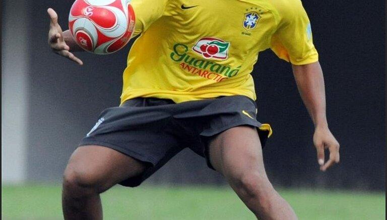 Kakā un Ronaldinju netiek iekļauti Brazīlijas izlases sastāvā dalībai Pasaules kausa finālturnīrā