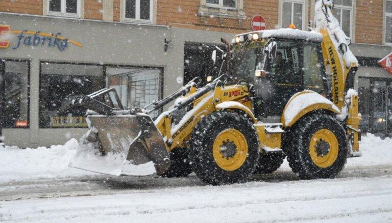 Rīgas dome aicina nenovietot automašīnas sniega tīrītāju ceļā
