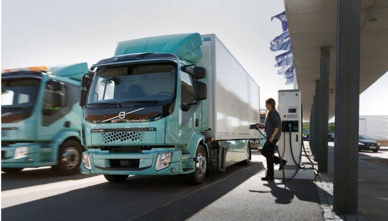 Pirmie elektriskie 'Volvo' kravas auto jau tiek piegādāti klientiem
