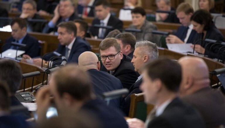 Saeima uztic 'mīksto' mandātu astoņiem deputātiem