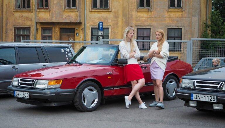 Foto: Āgenskalna tirgū pulcējušies klasiskie zviedru auto