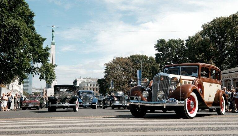 Foto un video: Baltijas ceļa seno spēkratu brauciens piestāj pie Brīvības pieminekļa